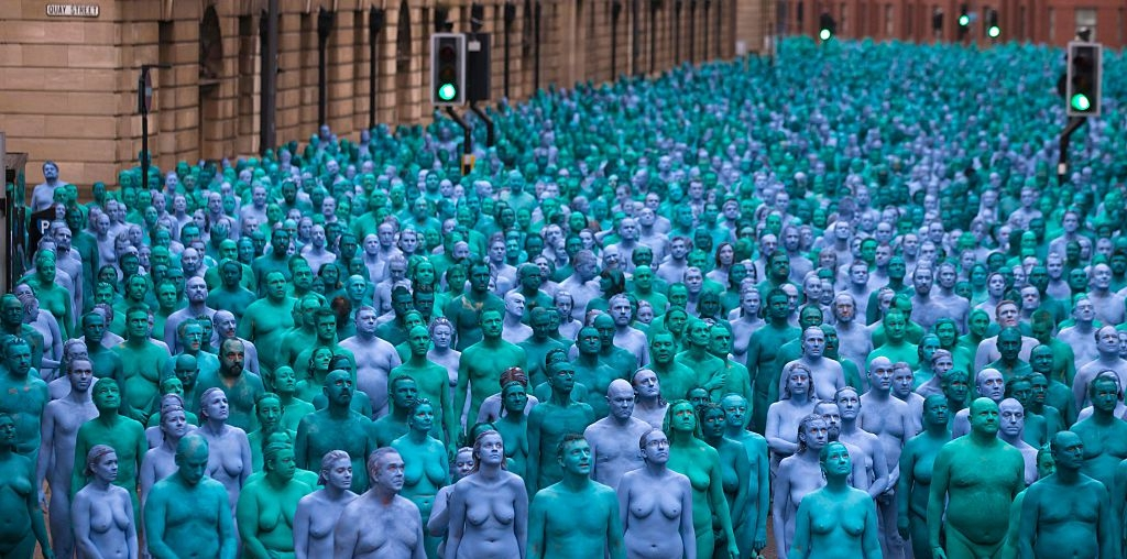 """""""Il mare di Hull"""". Tutti nudi e verniciati di blu per Spencer Tunick"""