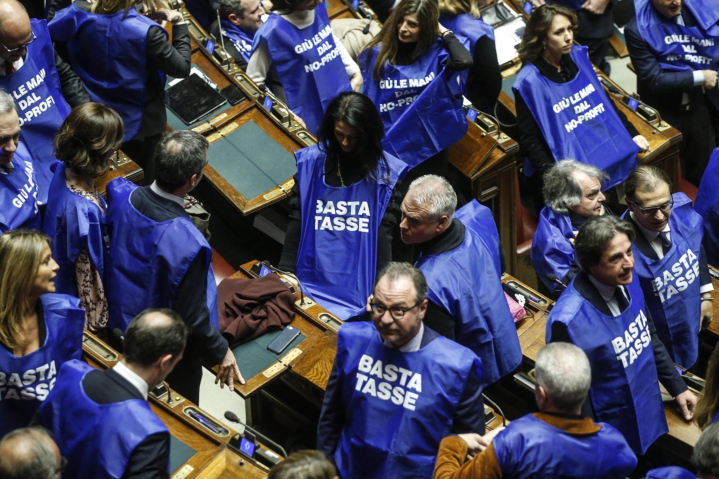 Manovra alla camera il flash mob di forza italia i for Deputati di forza italia